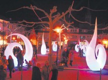 Glowing snails are installed in the center of Bad Duerkheim for the shopping night Saturday.