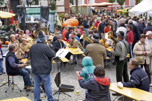 Photos by Stefan Layes Musicians entertain visitors in the streets during last year's farmers market in Ramstein-Miesenbach.